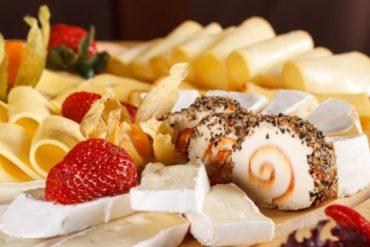 Patera serów garnirowana owocami