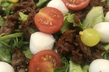 Mix sałat z rukolą, mozarellą i suszonymi pomidorami